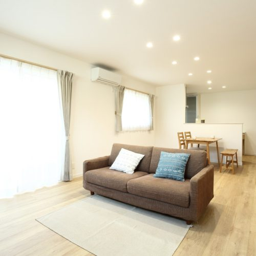 暖房効率を考えて リビングと階段を別空間にしたお家