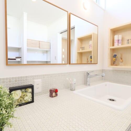 「おしゃれ」な造作洗面台と 「かわいい」タイル使いの キッチンのあるおうち